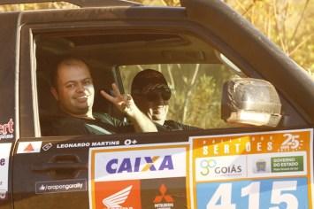O piloto Roberto Bontempo e o navegador Leonardo Martins em início de prova (Léo Magalhães/Tulipa Rally)