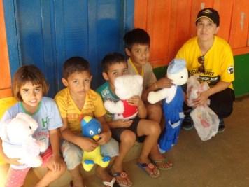 Ana Paula e Crianças em Nioaque (Divulgação)