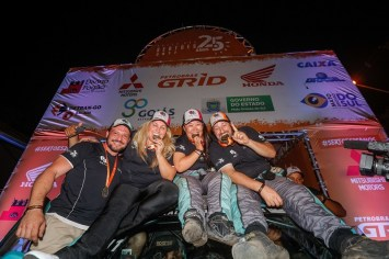 Duplas campeãs da FD Rally Team na chegada a Bonito (MS) (Magnus Torquato/Fotop)