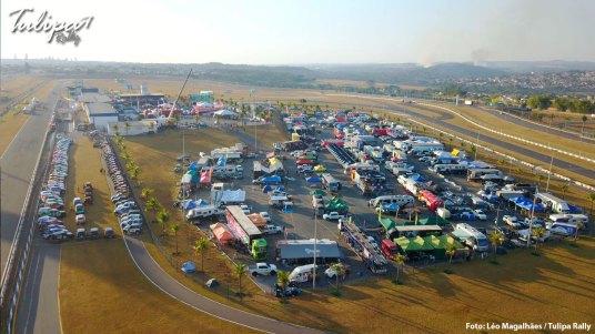 Acampamento no autódromo em Goiânia. Foto: Léo Magalhães / Tulipa Rally