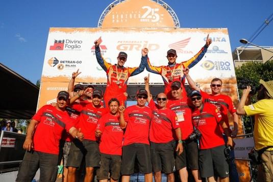 Bruno Varela (à dir) e João Arena comemoram título dos UTVs na rampa de chegada do Rally dos Sertões 2017 Crédito: Magnus Torquato/DFotos