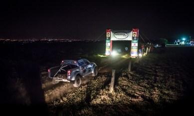 Sem iluminação externa, pilotos e navegadores usaram os faróis de seus carros. Foto: Tom Papp/Mitsubishi