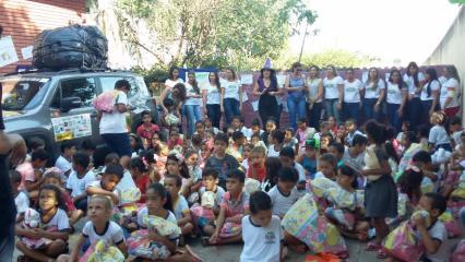 Crianças com os kits (Divulgação)