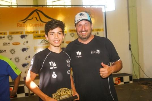 Fontoura orgulhoso do filho que já saiu com troféu na estreia (Sanderson Pereira/ PhotoEsporte)