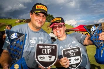 Alessandro Tozoni e Gilze Araújo celebram o campeonato. Foto: Tom Papp / Mitsubishi