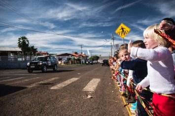 Carinho: as crianças da cidade ficaram eufóricas com a passagem dos veículos (Victor Eleutério/DFOTOS)