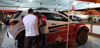 Mecânicos trabalhando nos últimos detalhes do carro (Foto: divulgação)