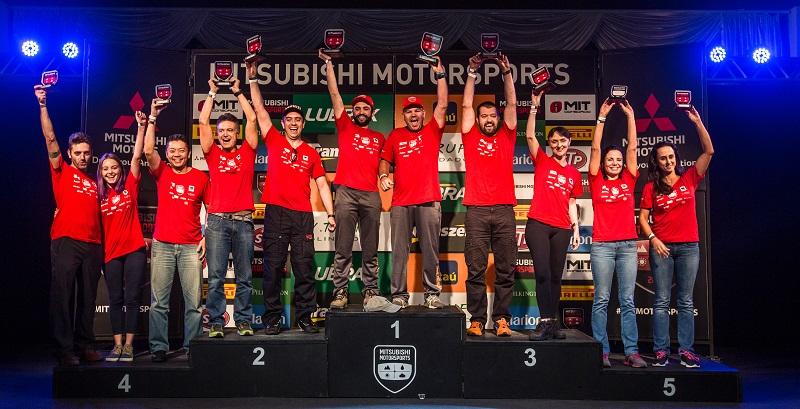 Os melhores da etapa comemoram no pódio (Foto: Tom Papp/Mitsubishi)