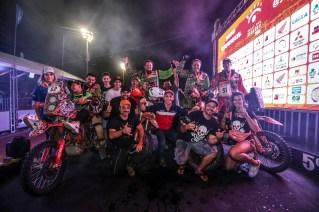 Pilotos de motos da equipe comemoram a chegada à Fortaleza (Vinícius Branca/Fotop)