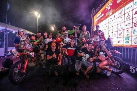 Pilotos comemoram fim do rali, em Fortaleza (CE) (Vinícius Branca/Fotop)