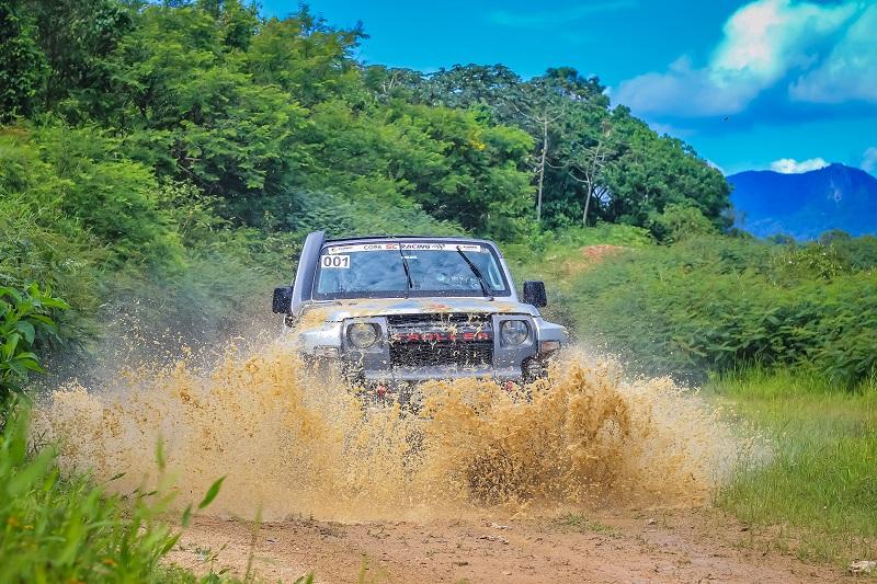 Devido as chuvas que antecederam o evento, havia muitas poças de lama (Rodrigo Phillips)