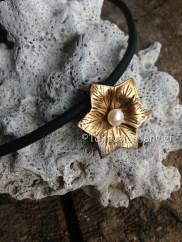 Fleur en bronze et perle d'eau douce