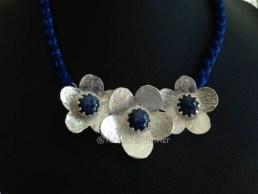 Saphirs mis en valeur au coeur de fleurs en argent fin