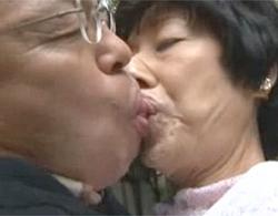 加山忍》六十路老夫婦のベロチューw六十路ミイラボディな閉経ババアと定年ジジイの上級者向けセックス動画!