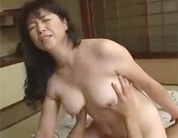 豊満なお乳がエロエロなデブおばさん熟女が閉経マムコに中出しされちゃう近親相姦動画!