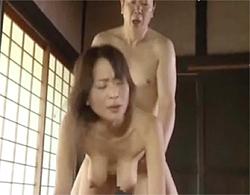 沢村麻耶》ビヨンビヨンに伸びた垂れ乳巨乳を立ちバックピストンで揺らされて激イキする四十路妻!