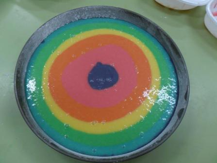 Volcamos la masa teñida en un molde