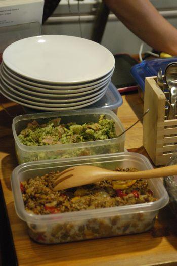 会場では参加者の皆さんが持ち寄った食べ物の数々。