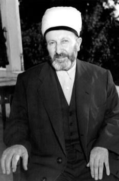 Ebu'l-Fâruk Süleyman Hilmi Tunahan (K.S.) (SİLİSTREVÎ) Hazretleri'nin otururken çekilmiş bir fotoğrafı