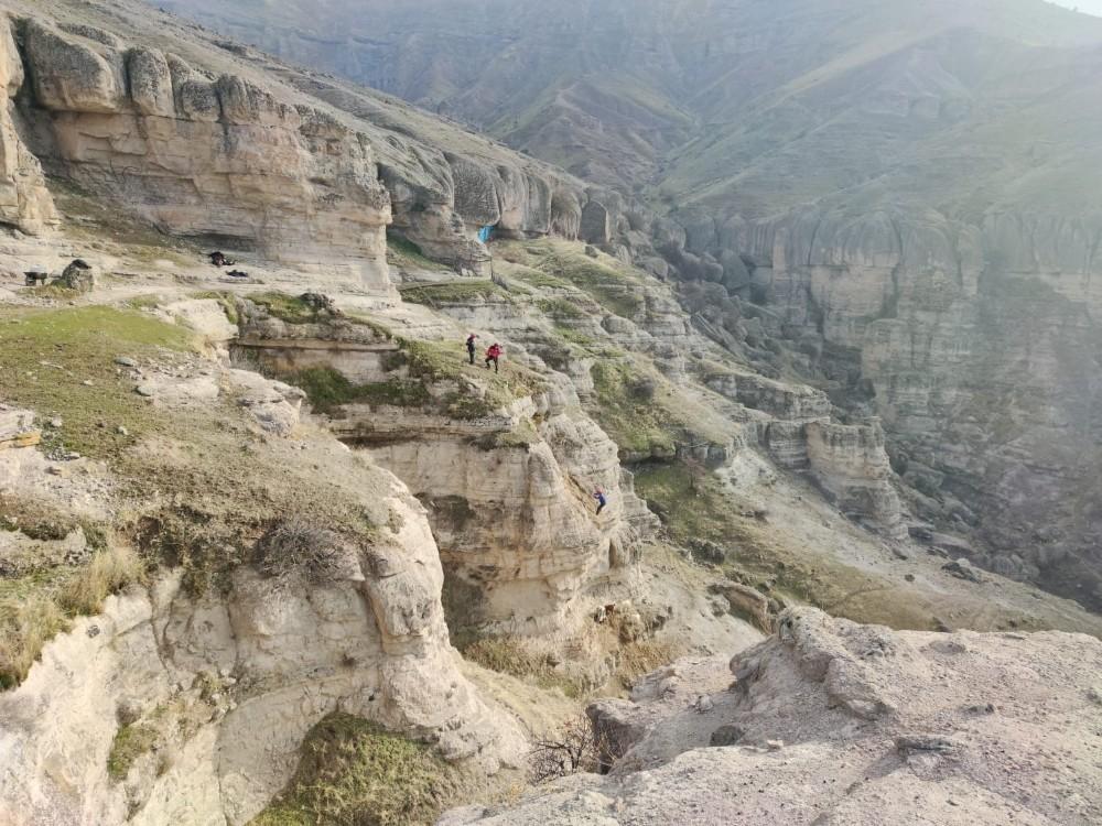 Tunceli'de kayalıklarda mahsur kalan keçileri AFAD ekipleri kurtardı