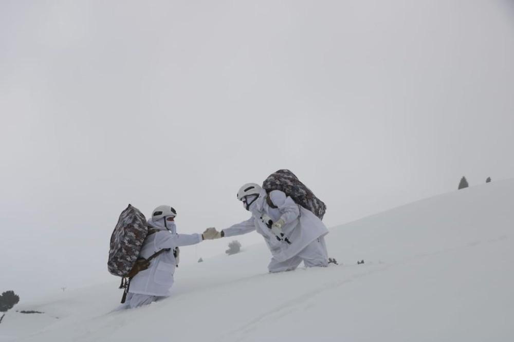 """Yer yer 1 metreyi bulan karda, """"Eren-7 Mercan- Munzur"""" operasyonu sürüyor"""