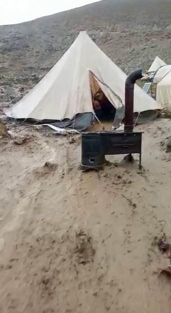 Sağanak yağış göçerleri vurdu: Çadırlar sular altında kaldı