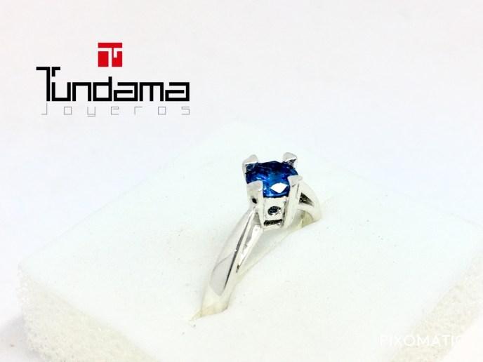 anillo de compromiso con piedra azul