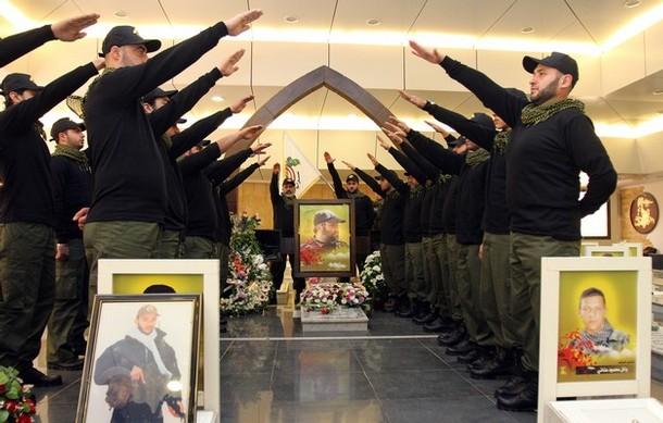 Militantes de Hezbollah libanés como gesto