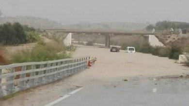 Photo of بسبب إرتفاع منسوب وادي تاسة، إنقطاع الطريق الوطنيّة رقم 18 الرابطة بين السرس والكريب