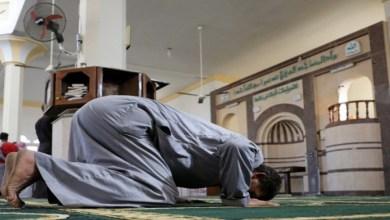 Photo of إمام يخرق الحجر ويقيم صلاة التراويح.. ومقاهي مفتوحة خلسة