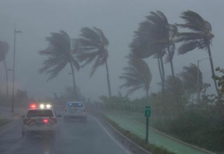 رياح قوية سببها إعصار إيرما