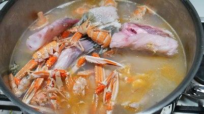 Tilsett fiskeavskjær og vann. Kok opp og trekk i 30 minuter