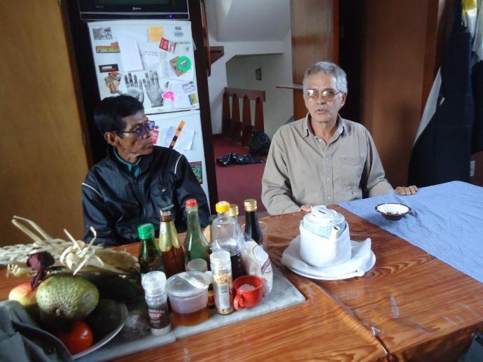 Artista barranquino Juan Javier Salazar (derecha) junto al dirigente de Ese' Eja de Infierno, César Marichi, conversan en Tupac