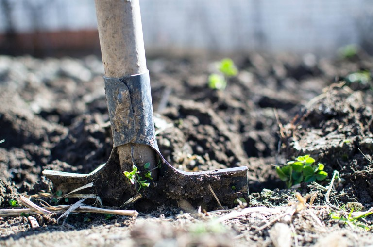 Image d'une pelle retournant de la terre d'un champ agricole pour illustrer le texte sur les producteurs locauxdu site internet de la mairie de Tupin et Semons www.tupinetsemons.fr