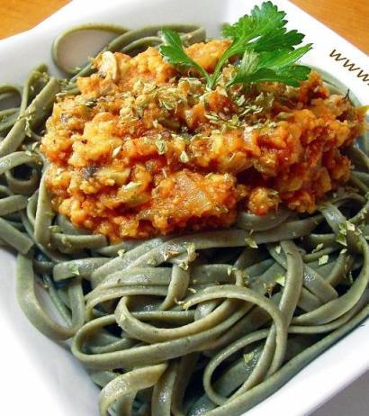 Espaguetis de espirulina en salsa de tomate y champiñones