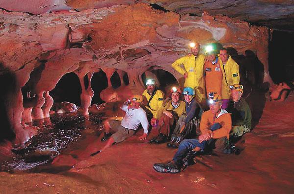 El grupo de exploradores satisfechos por el hallazgo