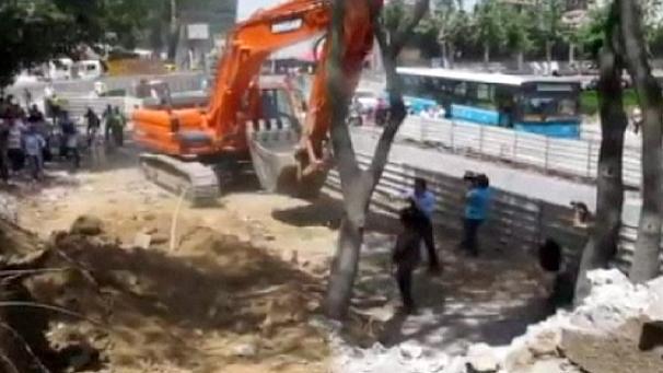 Las excavadoras dispuestas a arrasar los árboles del Parque Taksim