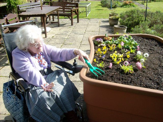 Jardinería terapéutica para mejorar condiciones del adulto mayor. Foto cortesía de www.greencirclegarden.com