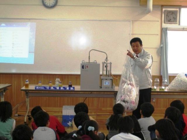 Mostrando la transformación del plástico en combustible