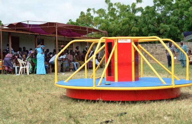Presentación a la comunidad del carrusel.Ben Markham jugando con los niños a hacer electricidad. Foto Empowered Playgrounds Inc. (EPI)