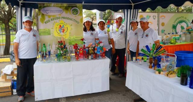 La red de Ecoarstesanos del Vidrio con sus coloridas producciones. Foto Ecoclickve