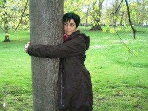Marisela Valero abrazando un árbol en Londres. Foto Nidia Hernández