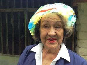 Lutecia con sombrero hecho de material reciclado. Foto de su nieta patricia en su blog http://www.bagsrevolt.com