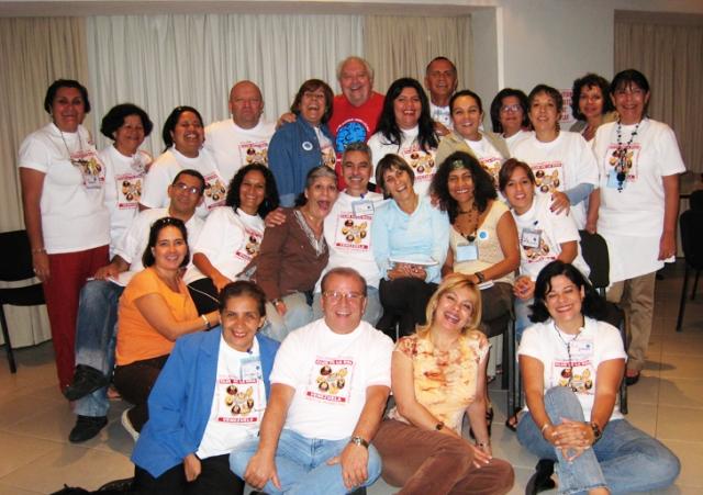 Todos felices después de su Taller de Risoterapia. Foto www.nekaneonline.com