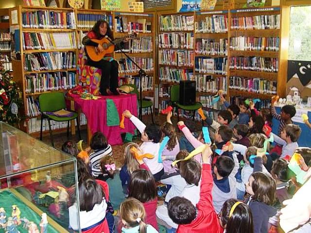 Los niños felices con los cuentos y cantos de Fanny Fuguet.