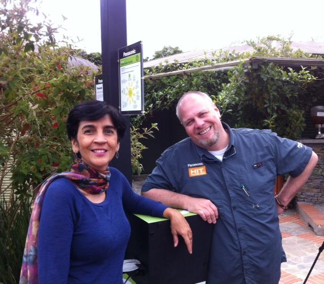 Marisela Valero con Carlos Masia junto al poste cargador solar.Foto Planeta Vital