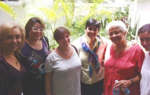 Marisela Valero junto a Aura Sofía y su equipo de coleboradoras