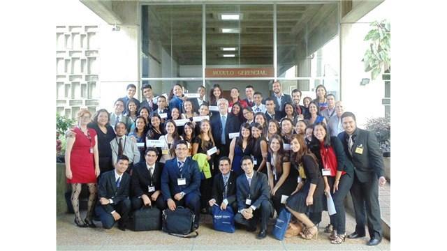 Estudiantes becarios de AVAA realizan modelo de las Naciones Unidas en el IESA