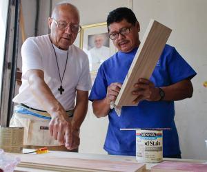 En la silla trabajan tres hispanos y un monje de centro comunitario Don Bosco Workers Inc. Foto: AP
