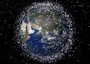 Se estima que hay un máximo de 370.000 piezas de basura espacial flotando en la órbita de la Tierra, viajando a una velocidad de hasta 22,000 mph